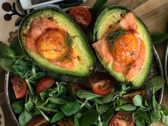 Aguacates rellenos de huevo y salmón