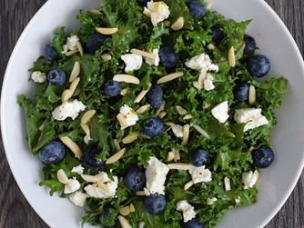 Ensalada de kale, arándanos, queso feta y almendras con vinagreta de albaricoque