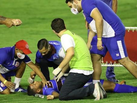 Susto! Após choque de cabeça, jogador desmaia e é removido de ambulância no Pernambucano