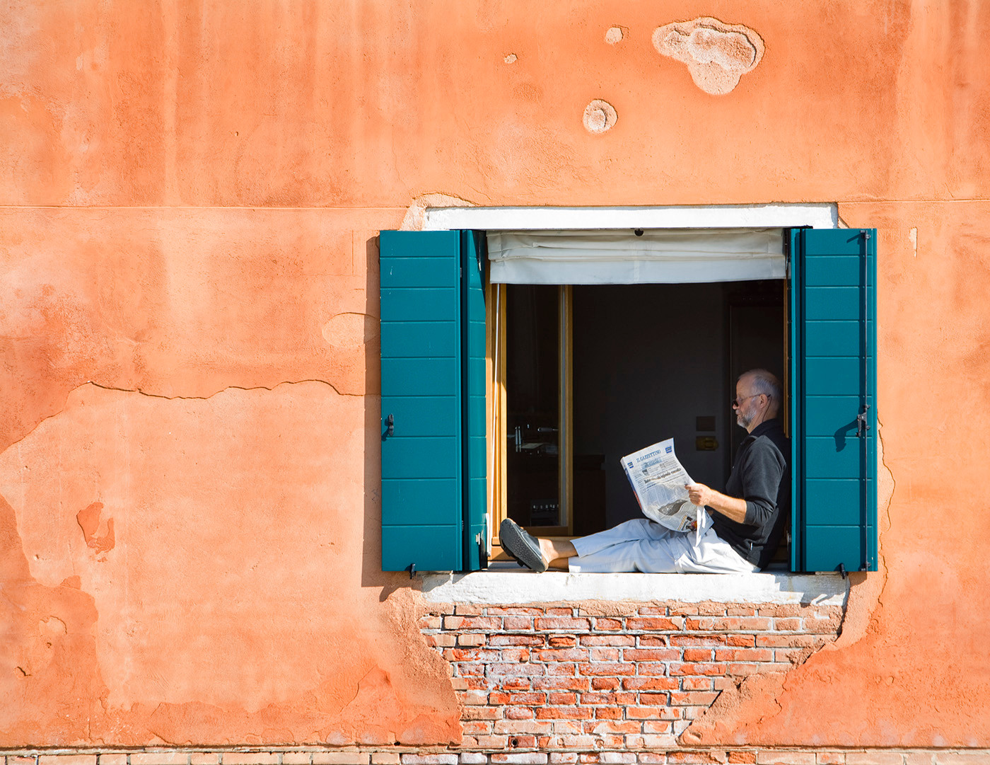Reading the paper in Venice