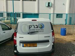 רכב עם מדבקת רשת חלון אחורי