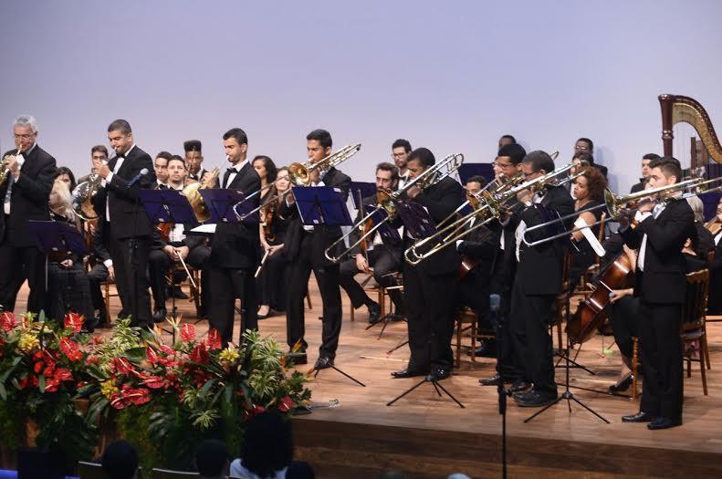 Arthur Figueirôa (terceiro, da esquerda para a direita), tocando na banda da Base Aérea de Brasília.
