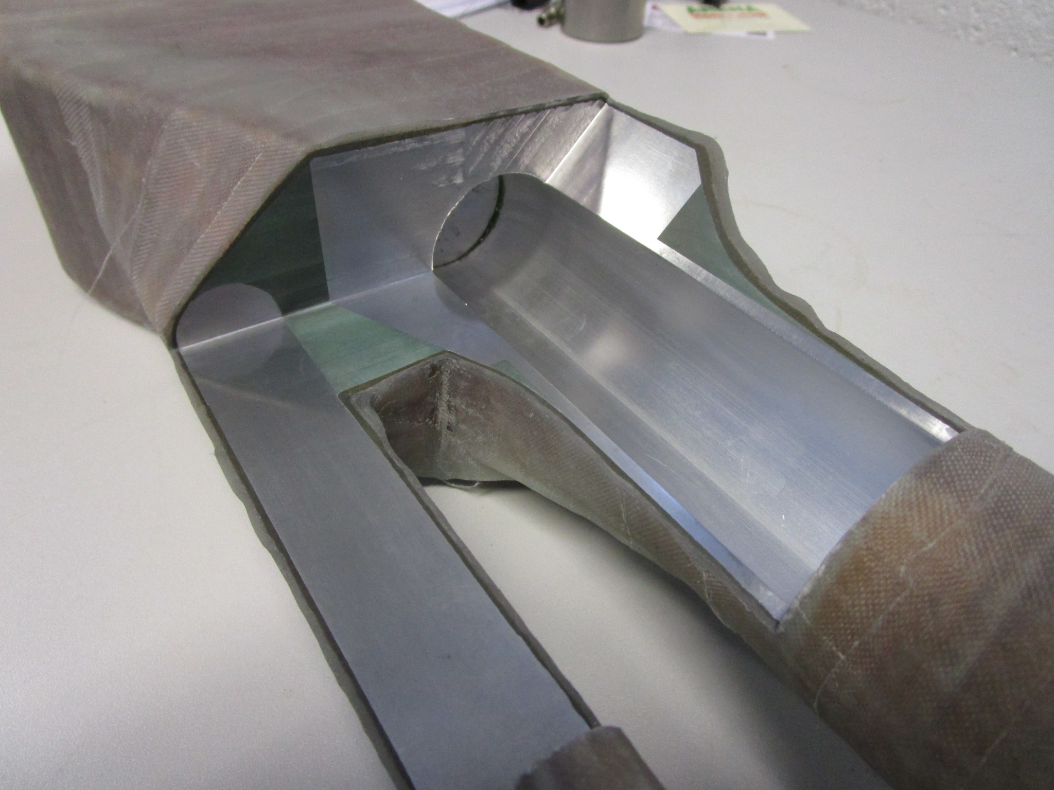 Superconducting buzzbar