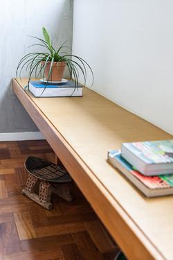 Apartamento Gávea, banco de madeira