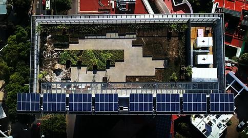 Paneles solares en edificio