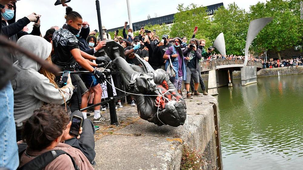 I manifestanti gettano nel porto fluviale di Bristol la statua del mercante di schiavi Edward Colston