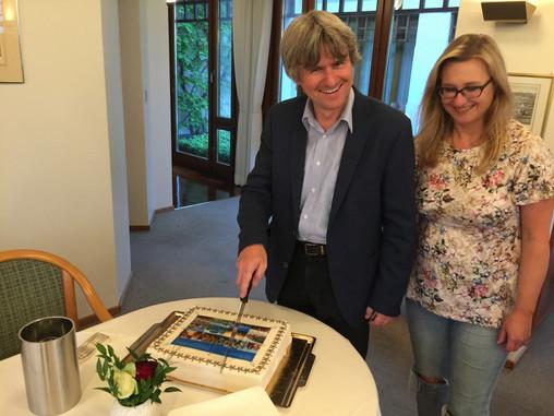 Martin Lucas Staub und Angela Golubeva beim Anschneiden der Geburtstagstorte