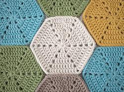 marinke-hexagon-tablerunner-assemble