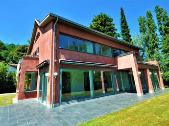 Freistehende 8-Zimmer-Villa mit zwei Garagen in Bottmingen