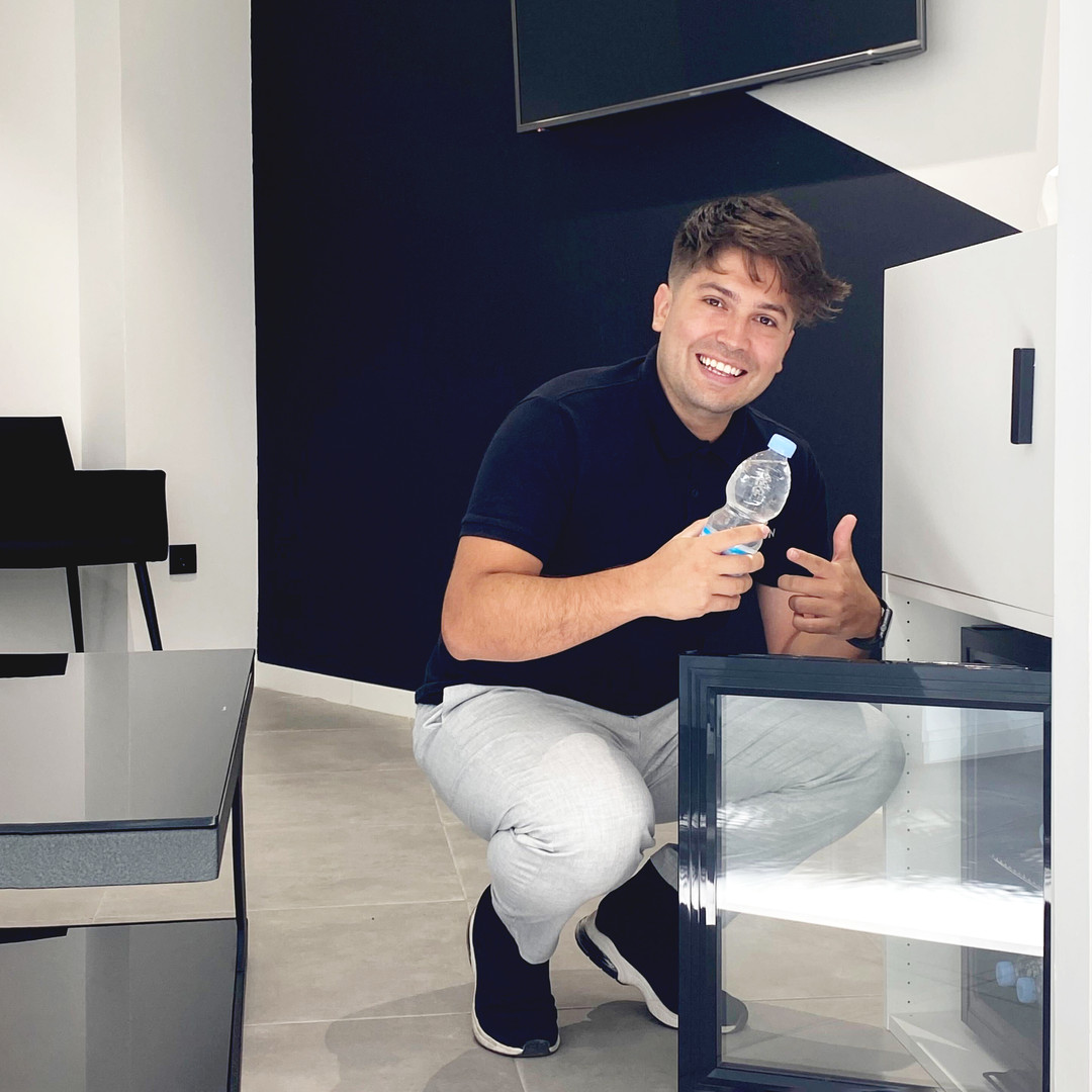 Julian ofreciendo agua fresca
