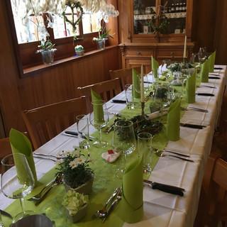 Tisch festlich gedeckt gruen