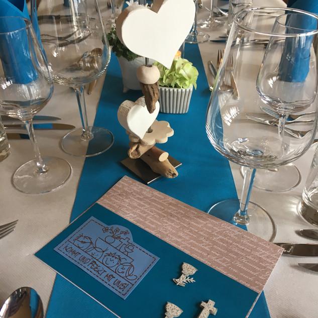 Tisch festlich gedeckt blau