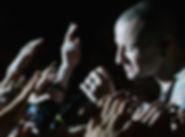 Chester-Bennington-Serenades-Fans.jpg