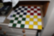 Malt sjakkbrett i blå, rødt, grønt og gult