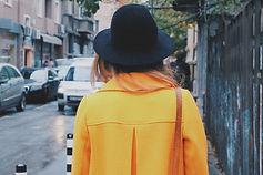 Fille dans un manteau jaune