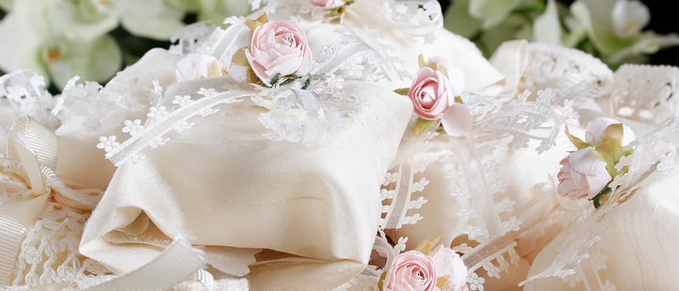 Embalagem em tecido, rosa de tecido e fita com detalhes em flor