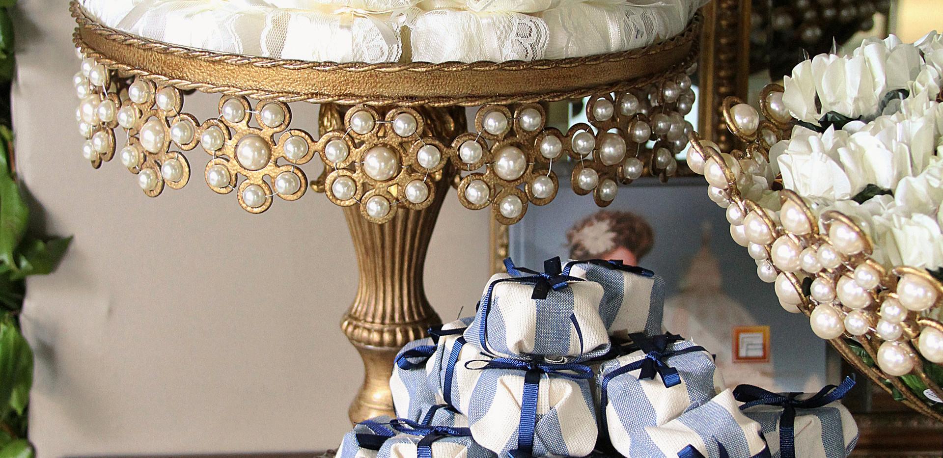 Embalagem em tecido estampado e fita de cetim (azul) e embalagem em papel crepon, renda e fita de cetim (branco)