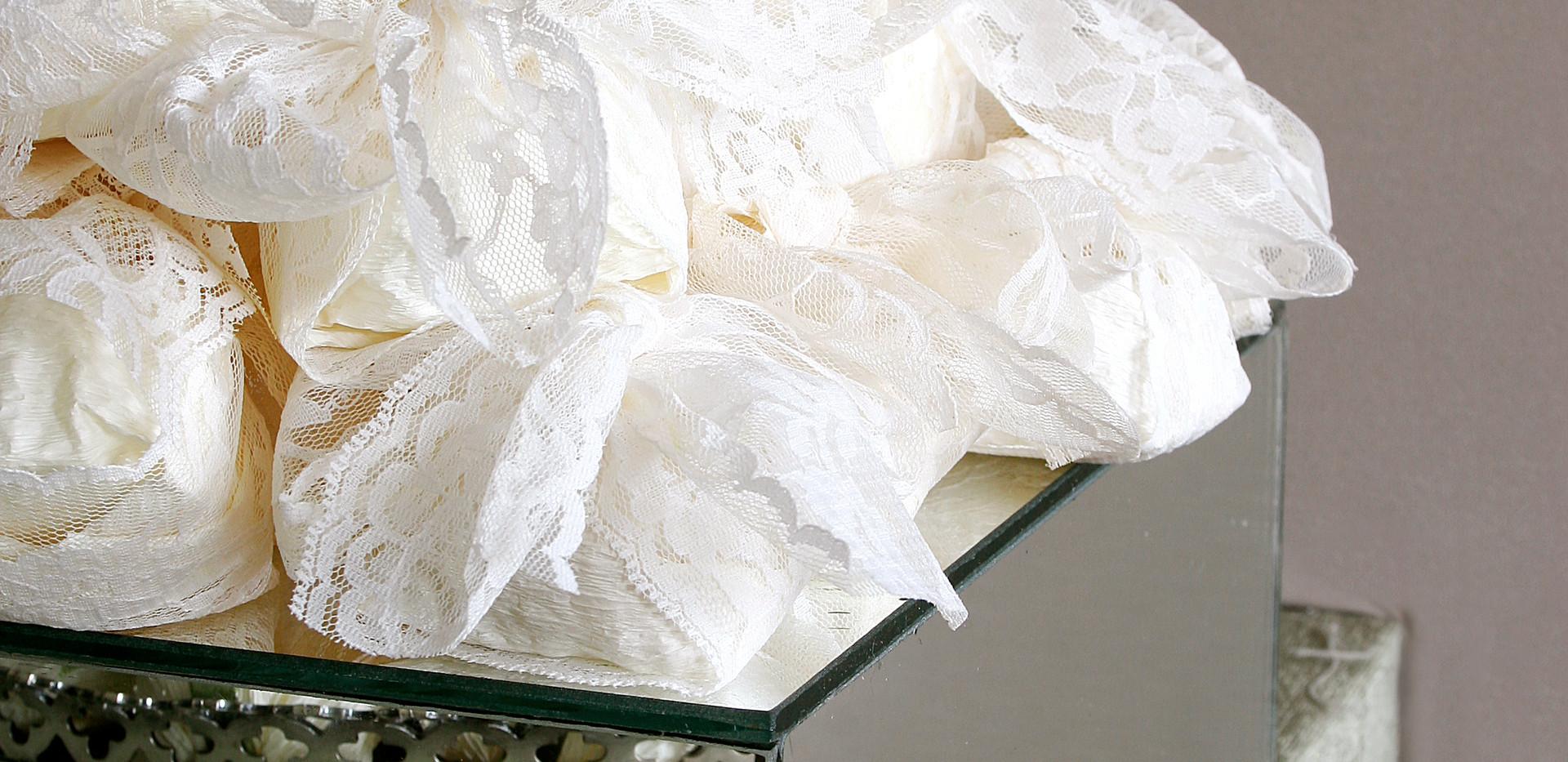 Embalagem em papel crepon e fita rendada