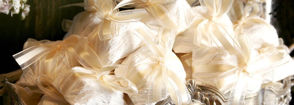 Embalagem em papel crepon e fita de organza com cetim