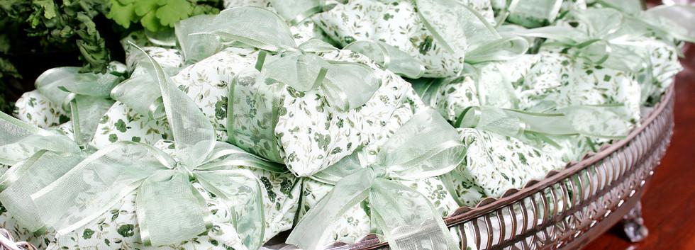 Embalagem em tecido estampado e fita de organza com cetim