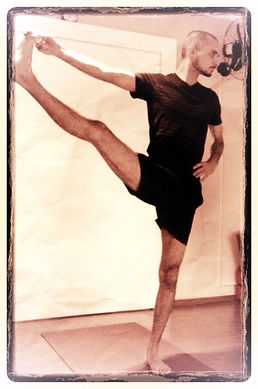 Uthita hasta padangustasana, mukti yoga shala, rodrigo lima