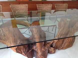 Mesa com Base Orgânica e Tampo de Vidro