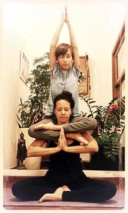 Sirsasana, Nathalia García, Mukti Yoga Shala