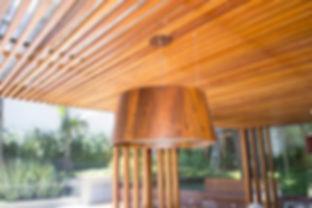 Pergolado e luz com moldurade madeira