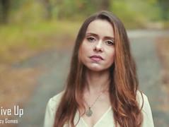Conheça o novo single de Lucy Gomes