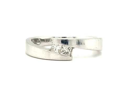 18CT WHITE GOLD CONTEMPORARY PRINCESS CUT DIAMOND 20 POINTS TWIST RING - SIZE N
