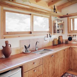 מטבח מעוצב מעץ מלא בהתאמה אישית