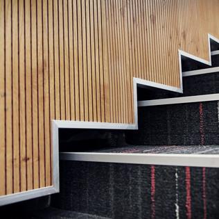 חיפוי קיר ופרט מדרגות מפורניר עץ אלון