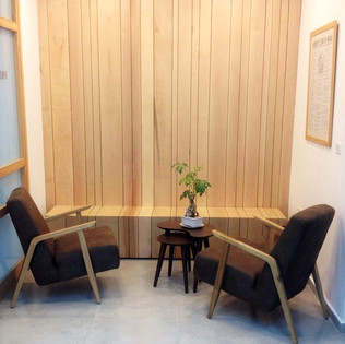 קיר מעוצב וספסל המתנה מעץ מלא
