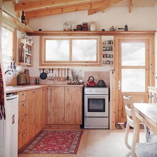 מטבח עץ מלא בשילוב ברזל בעיצוב אישי