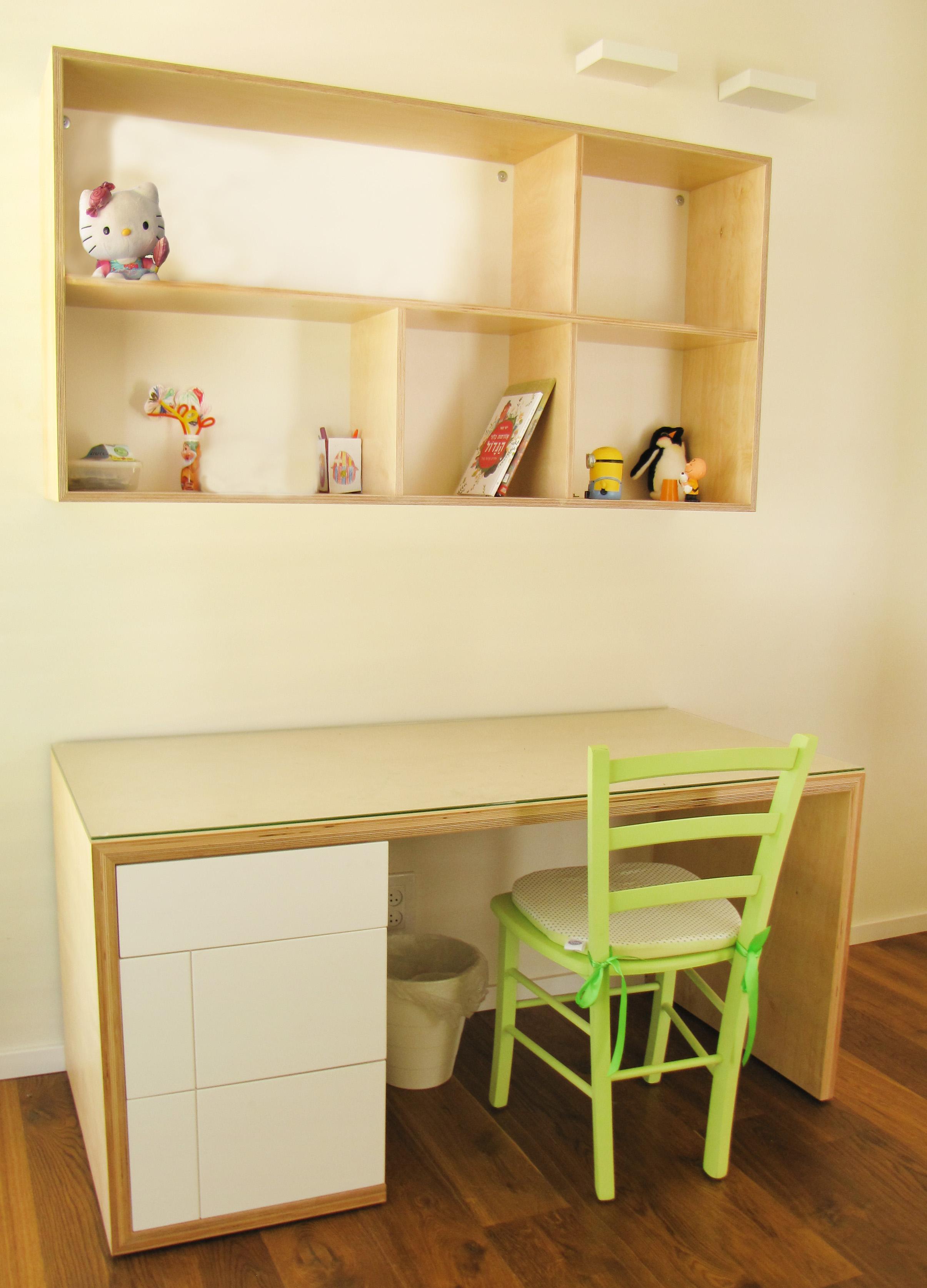 ספרייה ושולחן עבודה לחדר ילדים