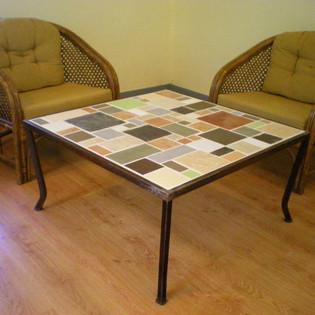 שולחן קפה לסלון בעיצוב משלב ברזל וקרמיקה