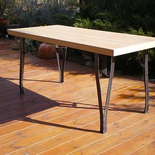 שולחן אוכל עם רגלי ברזל מעוצב לפי הזמנה