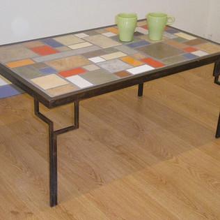 שולחן מסגרת ורגלי ברזל עם פסיפס קרמי
