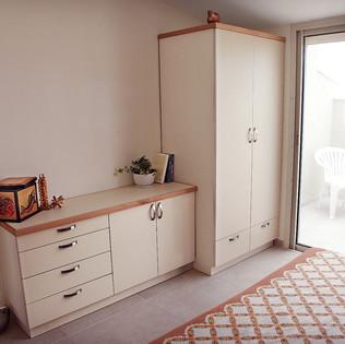 ארון חדר שינה עם שידה מתאימה