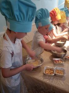 детям очень нравится готовить
