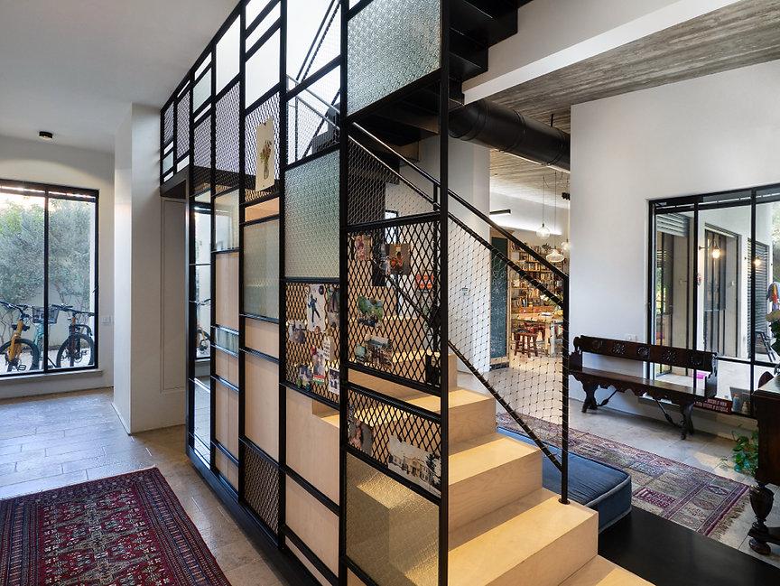 4 מדרגות קומה ראשונה מבט לסלון 1872.jpg