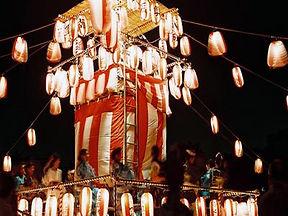 праздник мертвых обон, праздник в японии, фонарики на воде