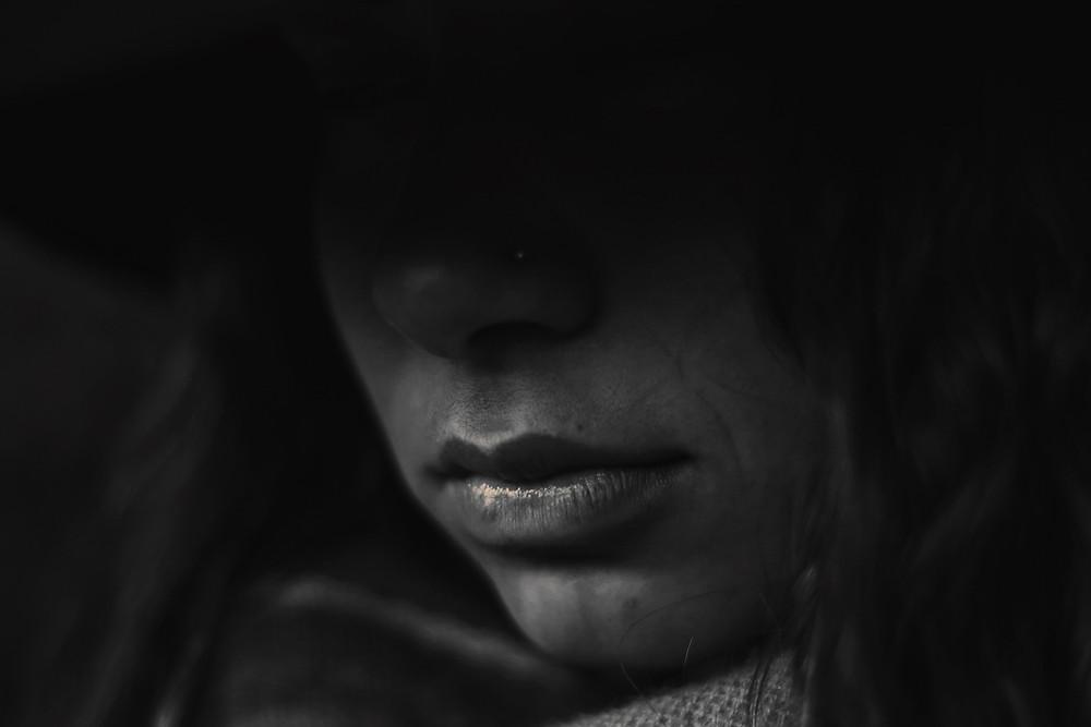 Rostro en sombras de una niña-mujer