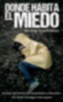 Portada de la novela Donde Habita el Miedo. Sobre un suelo de hojarasca, una chica tumbada de costado, con un impermeable amarillo, se tapa la cara con las manos...