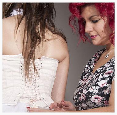 Julie Cobbe, créatrice d'émotions. Corsets sur mesure, robes de mariée, coktails, accessoires et prêt-à-porter.