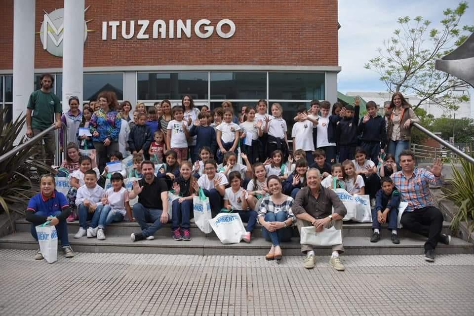 Los alumnos de 4to A y B participaron del II concurso de Historietas Ambientales junto con su maestra Vanesa Mendez. La alumna Paula Torreta recibió el Tercer premio y la alumna Pía Fernández recibió una mención especial. Felicitamos a todos por animarse a participar!