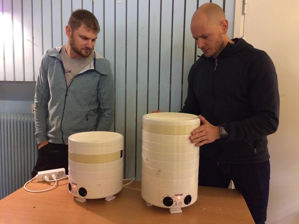 Einar och Mike presenterar vad som ligger och torkar.