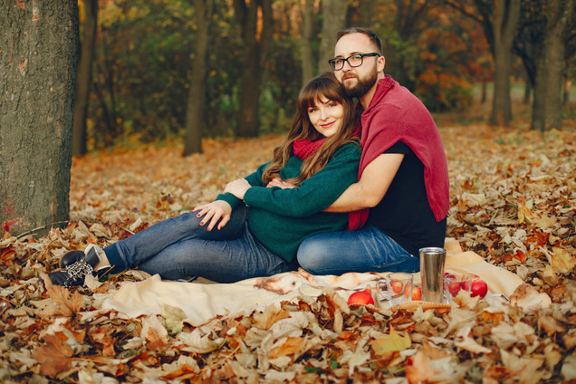elegant-couple-spend-time-in-a-autumn-pa