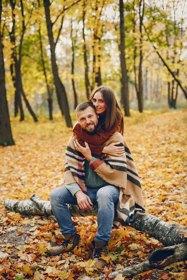 beautiful-couple-spend-time-in-a-autumn-