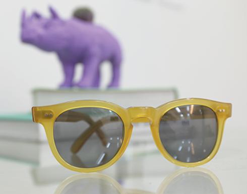テーブルの上に黄色のサングラス